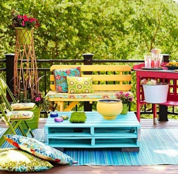 Terrasse mit DIY Möbel einrichten als cooles Wohnzimmer draußen