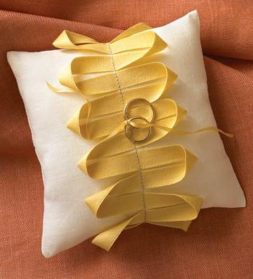DIY Eheringkissen weiß mit gelbem stoffband dekorieren