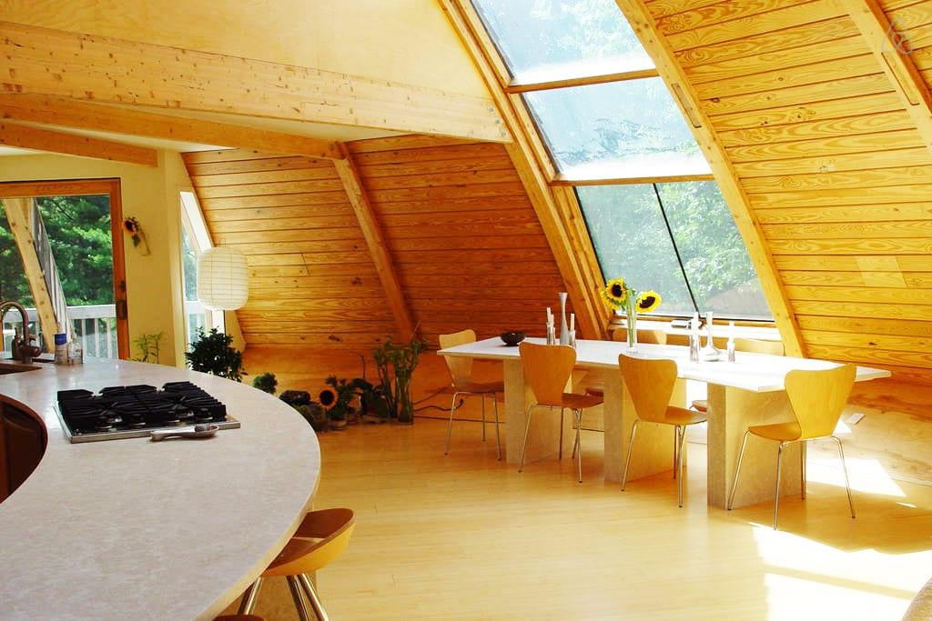 moderne Wohnzimmer mit Küche und Esstisch naturstein