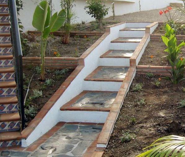 weiße Gartentreppe mit naturstein