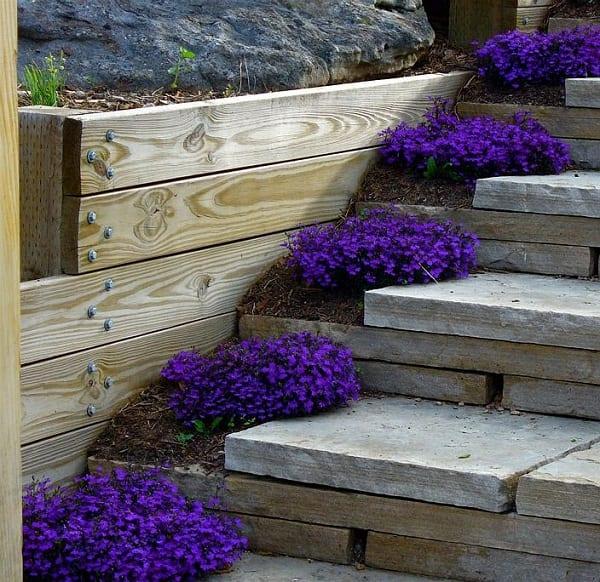 gartengestaltung mit DIY Gartentreppe aus holz mit Blumenbeeten
