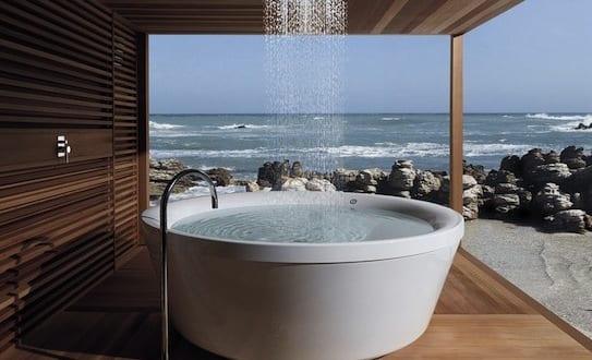holzterrasse mit berdachung f r modernes badezimmer im au enbereich mit freistehender badewanne. Black Bedroom Furniture Sets. Home Design Ideas