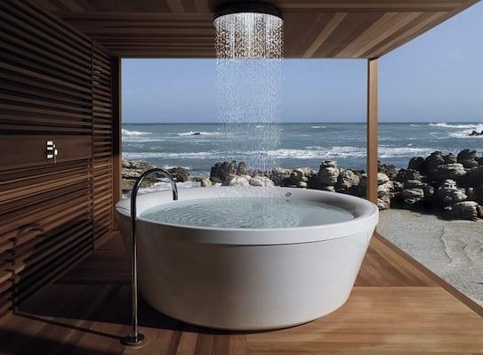 coole terrassengestaltung mit Holz und badewanne mit duschkopf in der decke