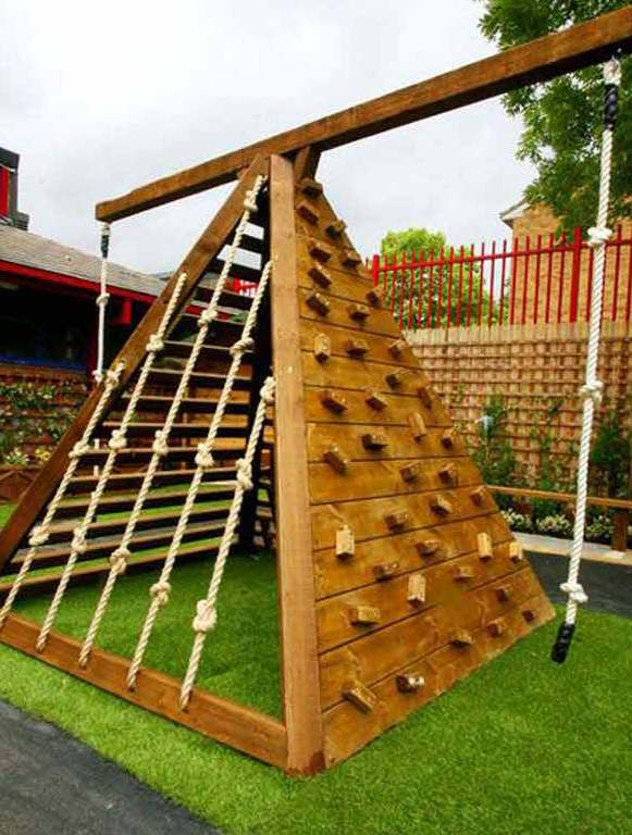 Spielgeräte aus Holz für den Spielplatz im freien