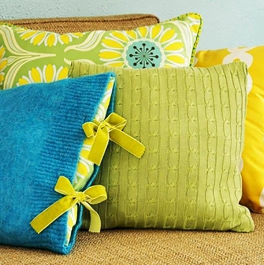 bet dekorieren mit blauen und grünen kissen
