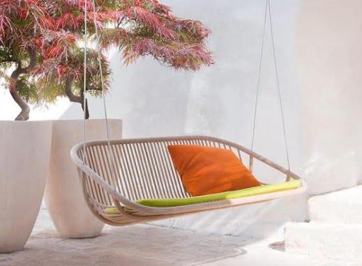 Terrassengestaltung in weiß mit Hochpflanzentöpfen und Hängesessel Rattan