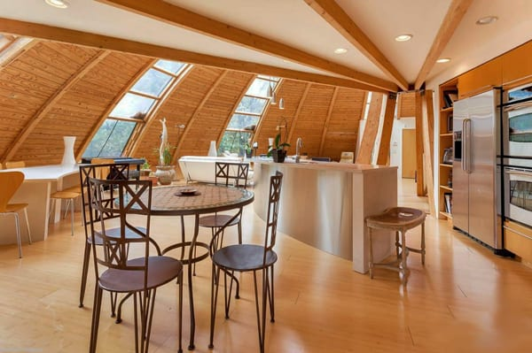 luxus Küche mit Esstisch und Kochinsel