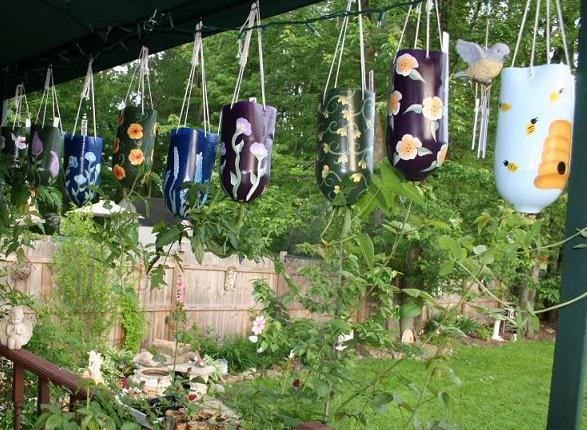 Bastelidee für DIY Gartendeko aus Plastikflaschen als Blumentöpfen