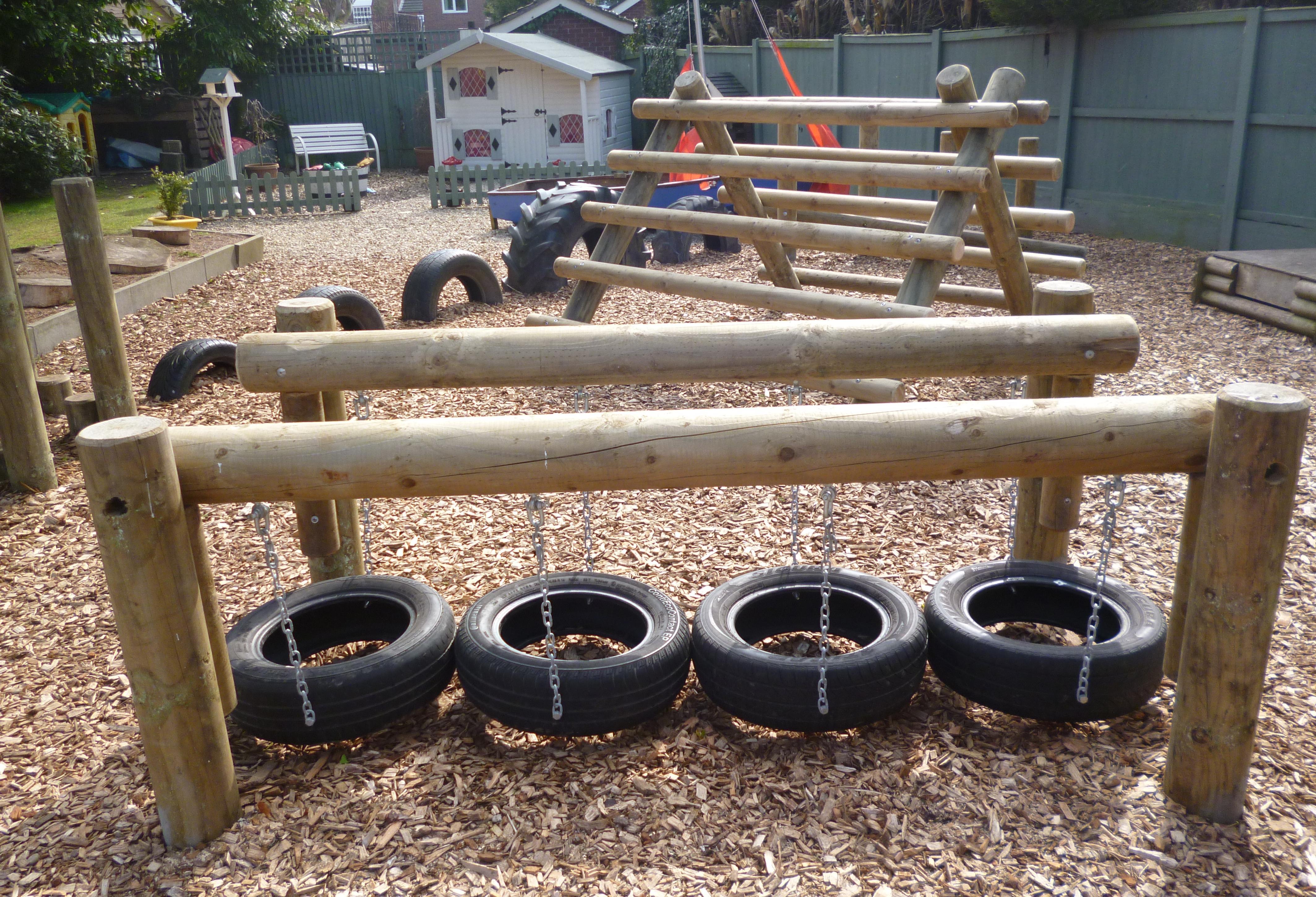 kinderspielplatz selber bauen aus Holz und Autoreifen