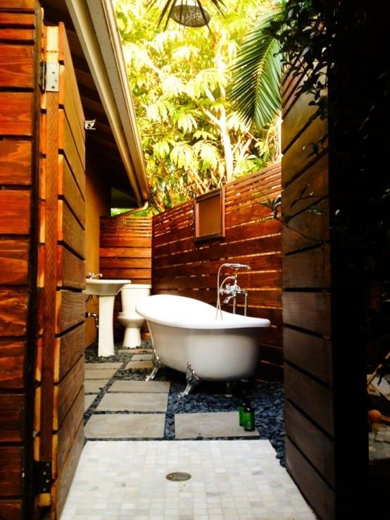badezimmer holz mit badewanne und duschzone