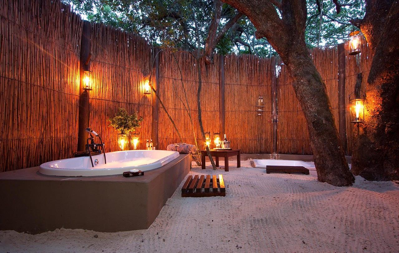 Sandgarten mit eingemauerter badewanne und sichtschutzwand