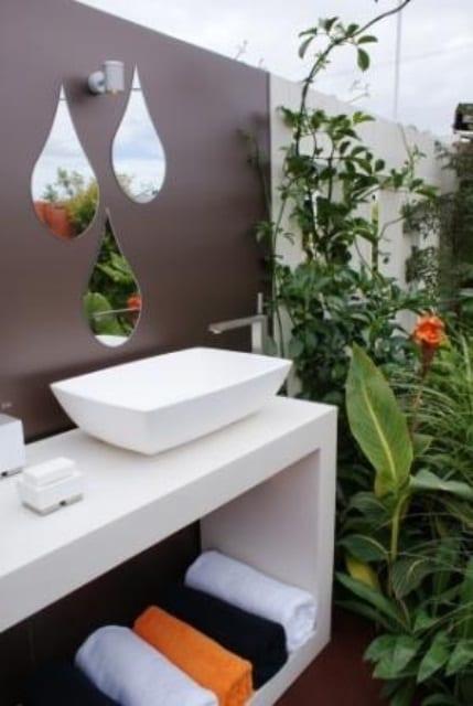 außenbadezimmer braun mit badezimmer wanddeko aus spiegeln