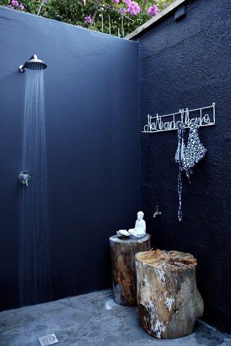 badezimmer streichen idee in blau für modernes badezimmer mit außendusche und beisteltische aus holz
