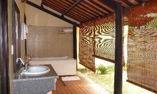 badezimmer im freien mit badewanne und badezimmer waschtisch ...