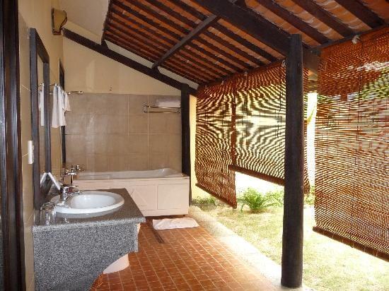 überdachte terrasse mit schägdach als badezimmer dachschräge einrichten