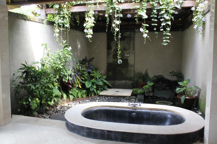 hofgarten gestalten mit eingemauerter badewanne