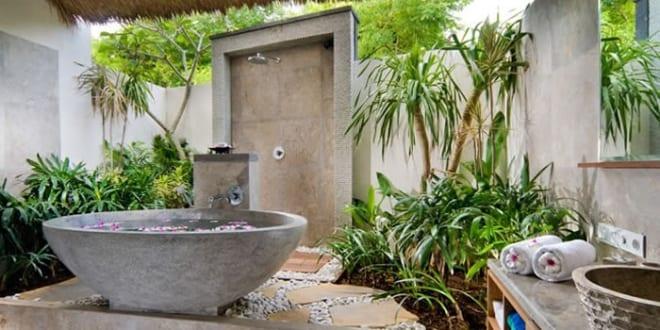 badezimmer ohne fliesen im au enbereich mit freistender badewanne aus stein freshouse. Black Bedroom Furniture Sets. Home Design Ideas
