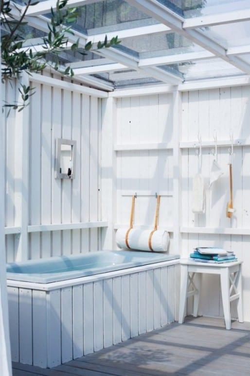 vintage badezimmer  weiß mit holzwänden und glasüberdachung
