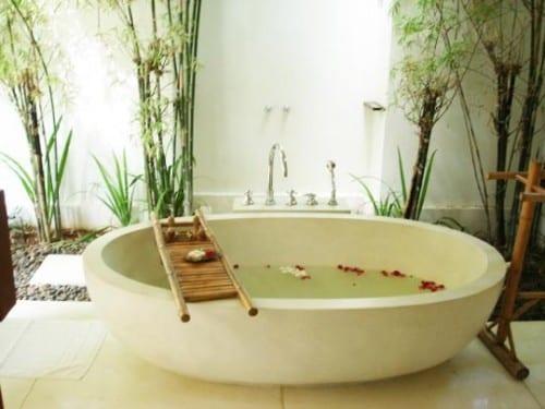 Steingarten mit freistender badewanne weiß