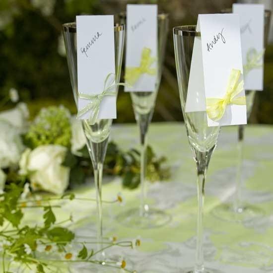 tisch eindecken idee mit Blumen und Gläser mit Tischplatzschildern