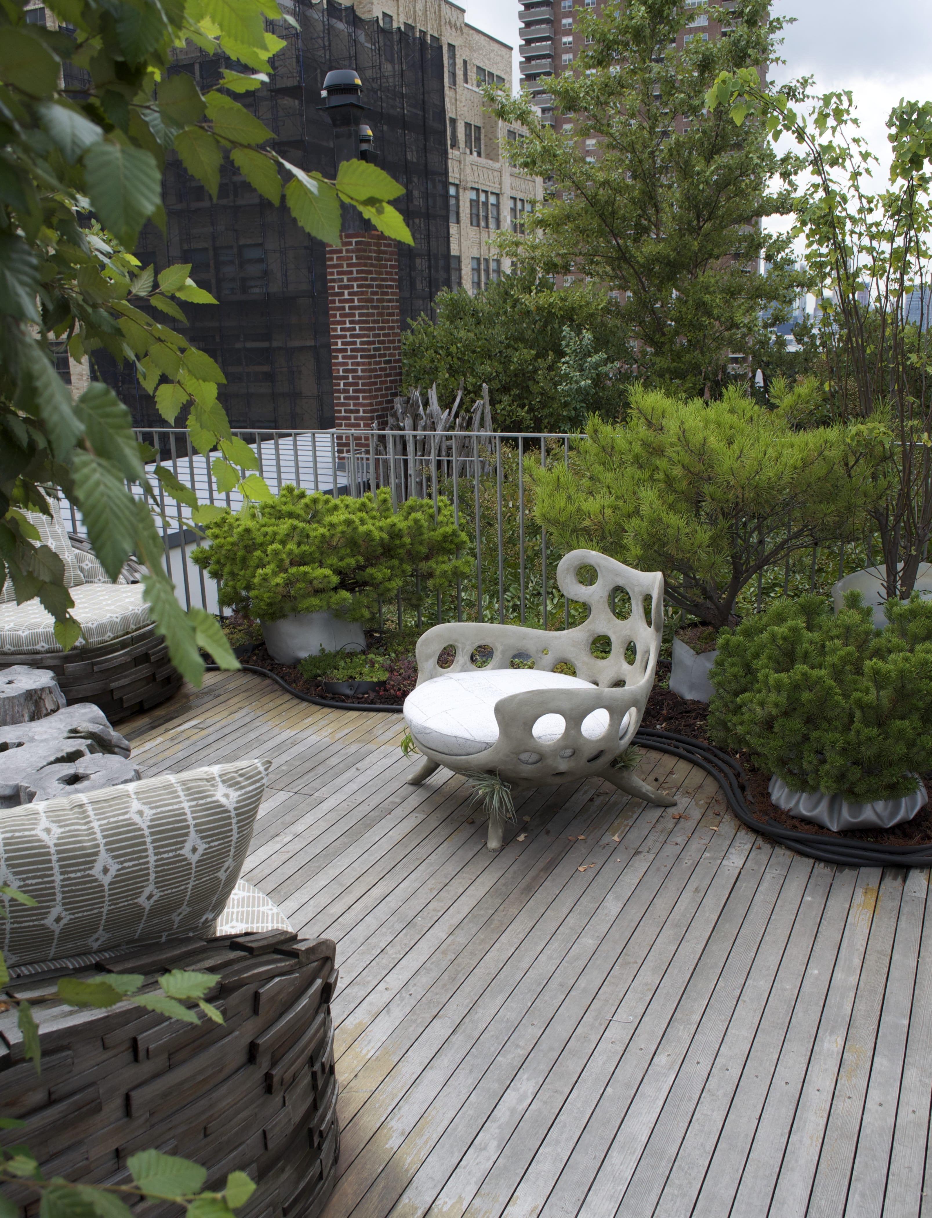 holzterrasse garten gestalten  und mit modernen Gartenmöbeln aus Beton einrichten