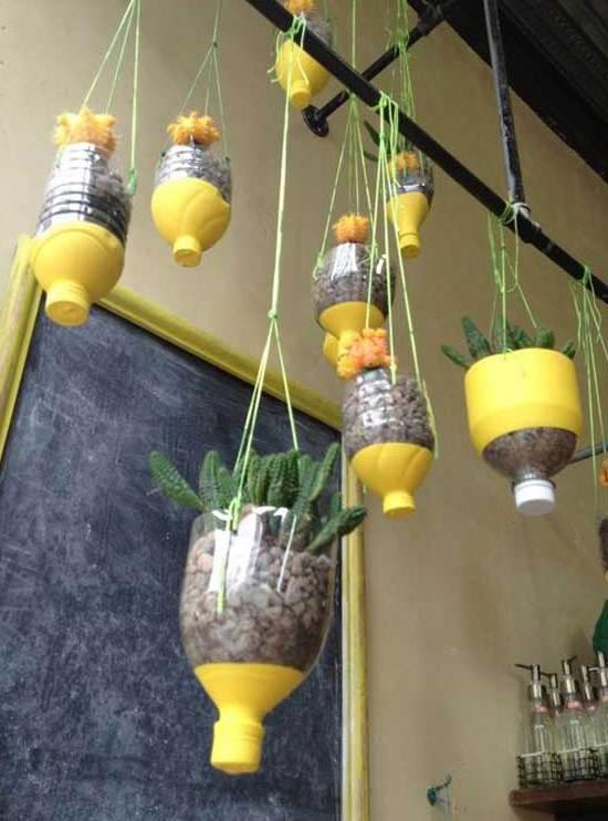 coole Wanddeko mit schwarzer Tafem mit gelbem bilderrahmen und kreative DIY hängende Blumentöpfen gelb aus PET-Flaschen