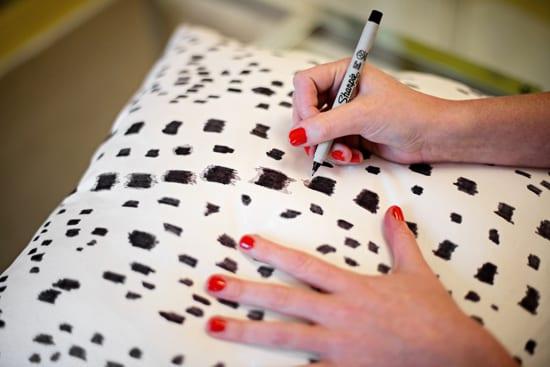 kissenbezung dekorieren mit schwarzem stift