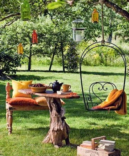 interessante gartengestaltung mit DIY Gartenmöbeln aus Holz und DIY Teelichthalter aus farbigem Glasflaschen