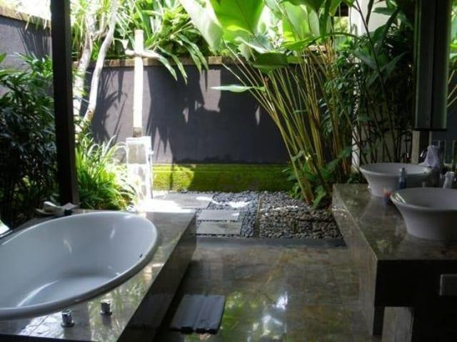 hofgartengestaltung mit offenem badezimmer mit naturstein badezimmerfliesen