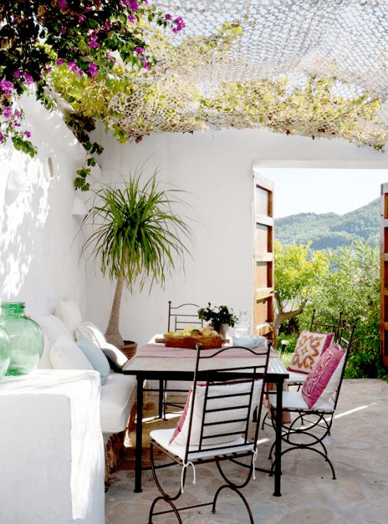 schöne gartenideen für kleine Sitzecke im garten in weiß und terrassenbeschatung