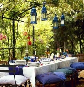 fantastische tischdeko mit tischdecke in weiß und tischdeckeläufer blau