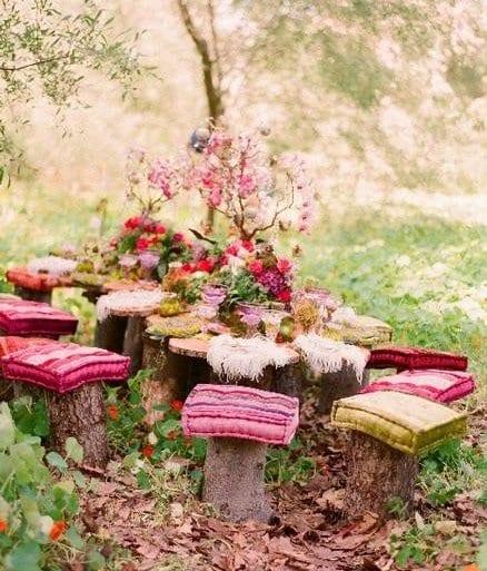 DIY Sitzecke im Garten aus Baumstämen mit farbigen kissen