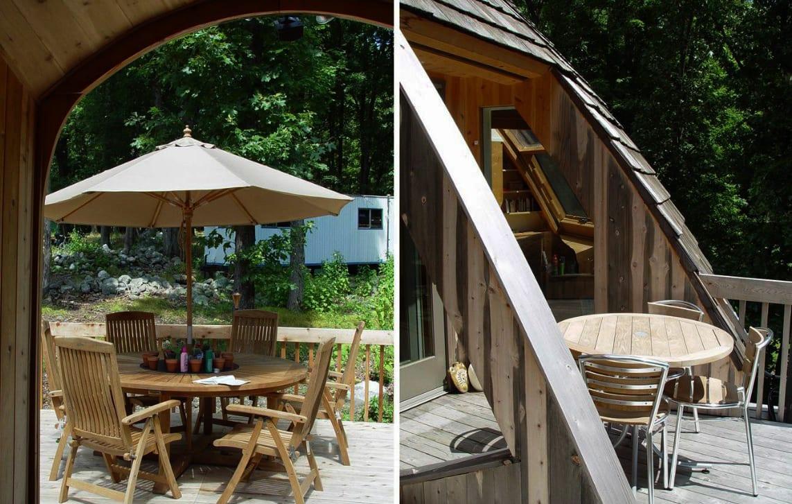 holzterrasse mit geböbten holzbalken und rundem Gartentisch mit Sonnenschirm