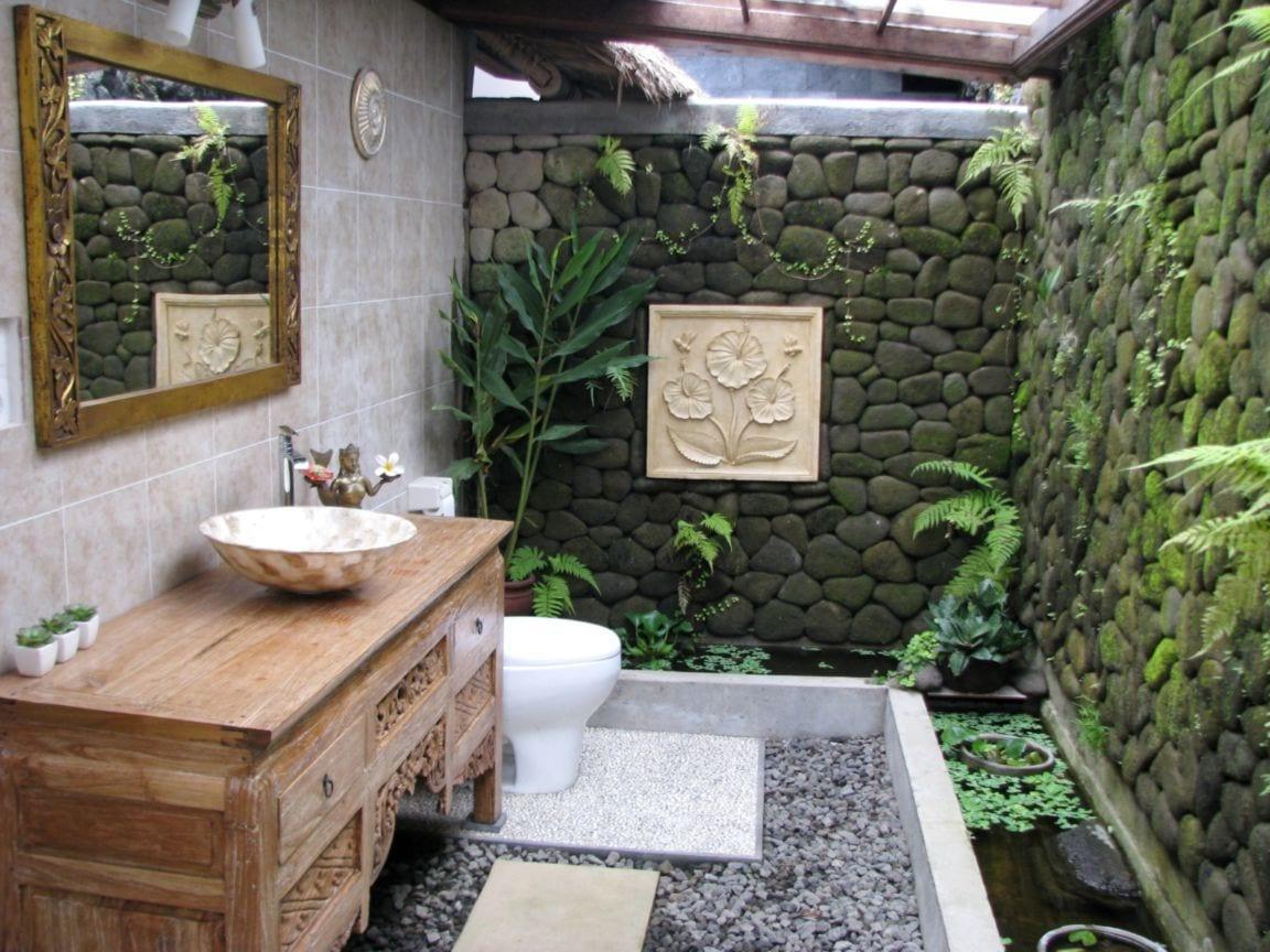 kreative gartengestaltung mit gartenmauer aus flußsteinen und teichbecken_badezimmer spiegel und badeziemmer kommode