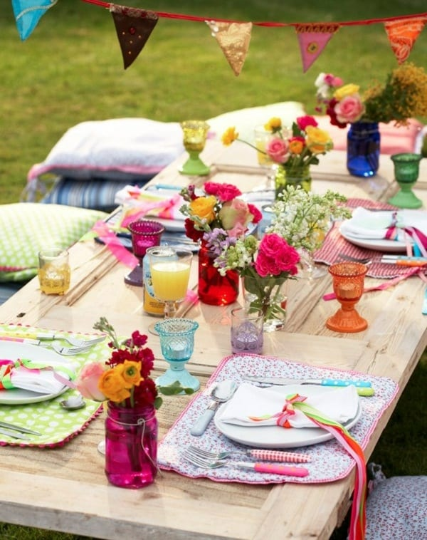 gartenhocker aus Kissen und DIY Gartentisch aus Holztür für coole gartenparty