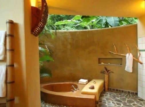 runder badezimmer mit wandfarbe gelb und ausgemauerter badewanne