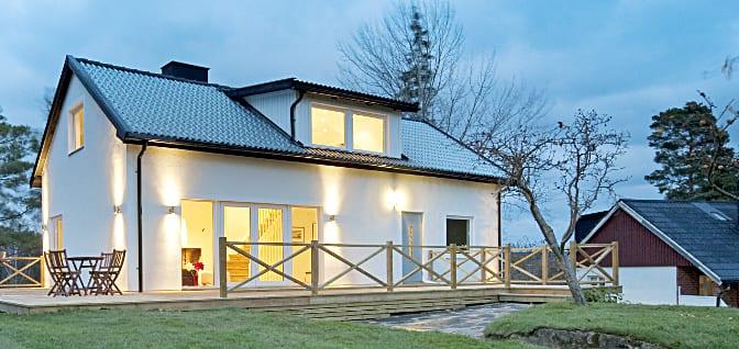 modernes Haus mit Glasdachziegeln und Solaranlage