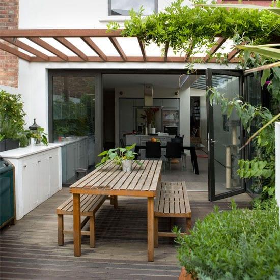 coole Terrasse einrichten mit Holzboden und Pergola-Überdachung