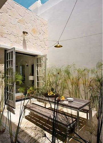 hofgarten gestalten mit Esstisch und holzbänken