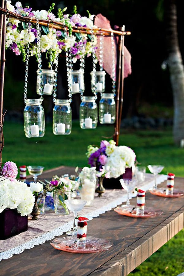 holzesstisch mit deckeläufer weiß und DIY Teelichthalter als gartenparty deko und coole tischdecko idee