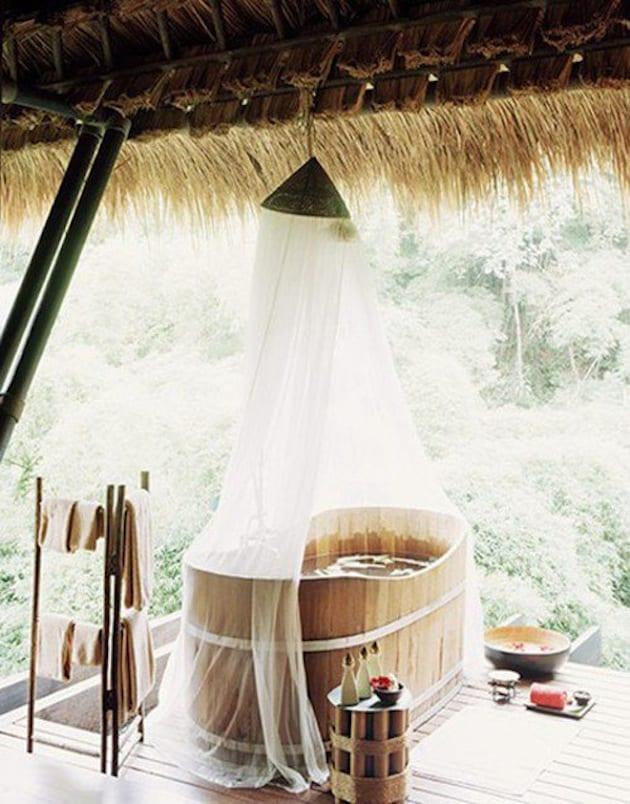 romantisches badezimmer holz mit überdachung