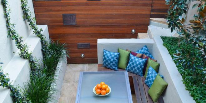 Garten gestalten mit bank und esstisch als kleines for Kleines wohnzimmer mit esstisch