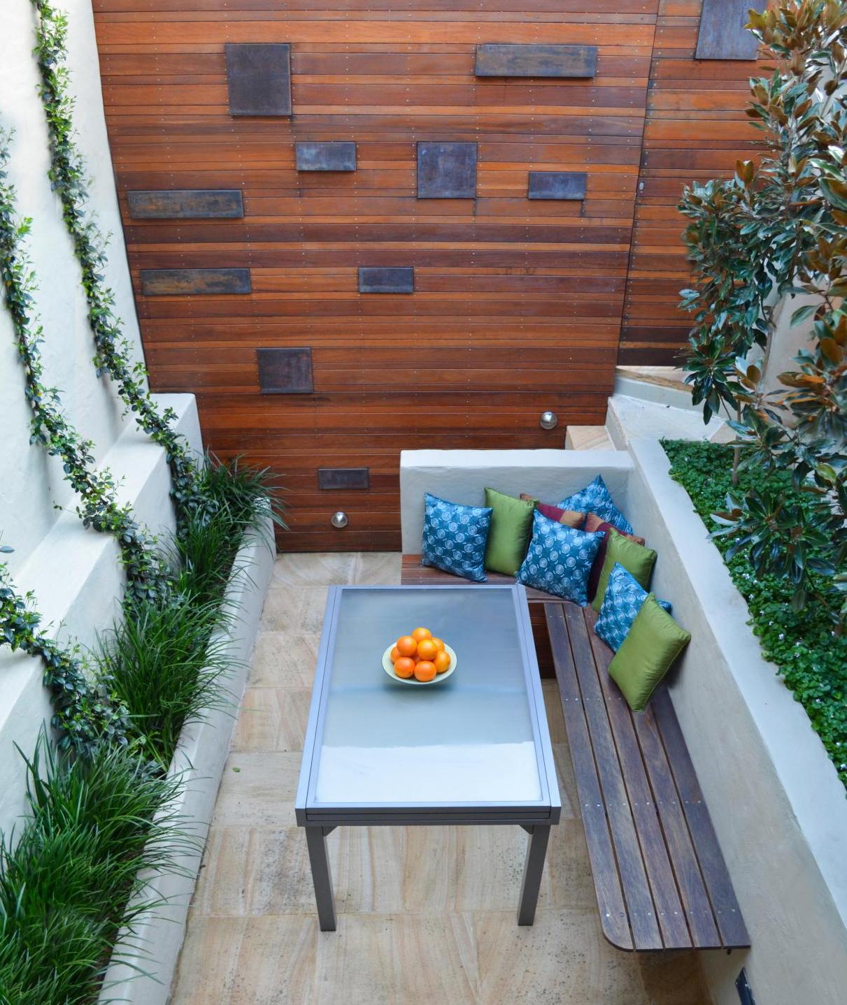 modernes wohnzimmer und terrassengestaltung mit Holz und sitzecke mit esstisch