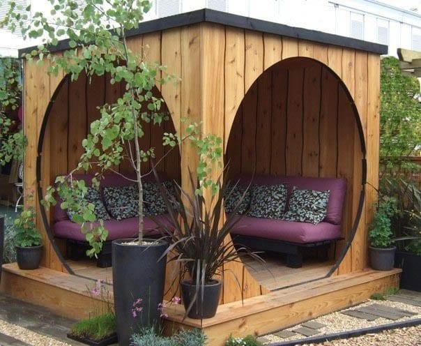 DIY Gartenlaube aus Holz als kleines Wohnzimmer im garten mit sitzecke aus Paletten