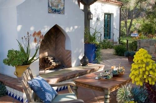 garten terrasse als wohnzimmer gestalten mit au enkamin und gartenm bel aus holz rustikal. Black Bedroom Furniture Sets. Home Design Ideas