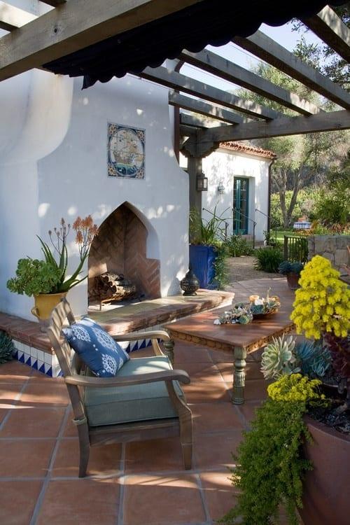 moderne terrasse einrichten mit außenkamin und pergola