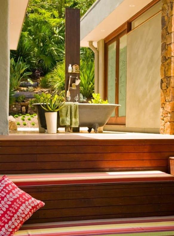 Holzterrasse mit Holztreppe und badewanne schwarz