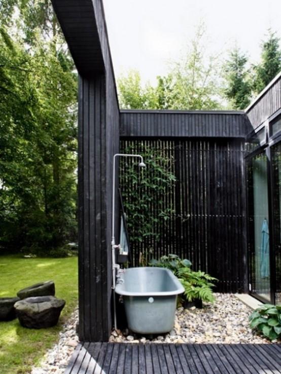 badewanne mit dusche und Sichtschutz aus Holz in schwarz gestrichen