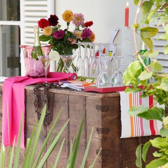 rustikale holzkiste als Büffet für Getränke im Garten