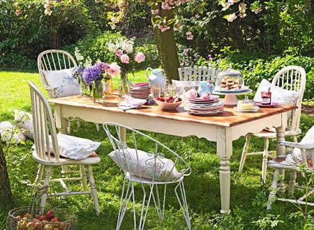 Gartenparty deko idee mit esstisch holz und wei en for Idee gartenparty